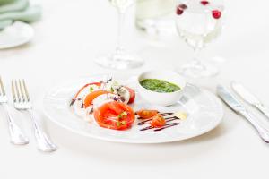 Caprese salat pühvlipiima mozzarellaga