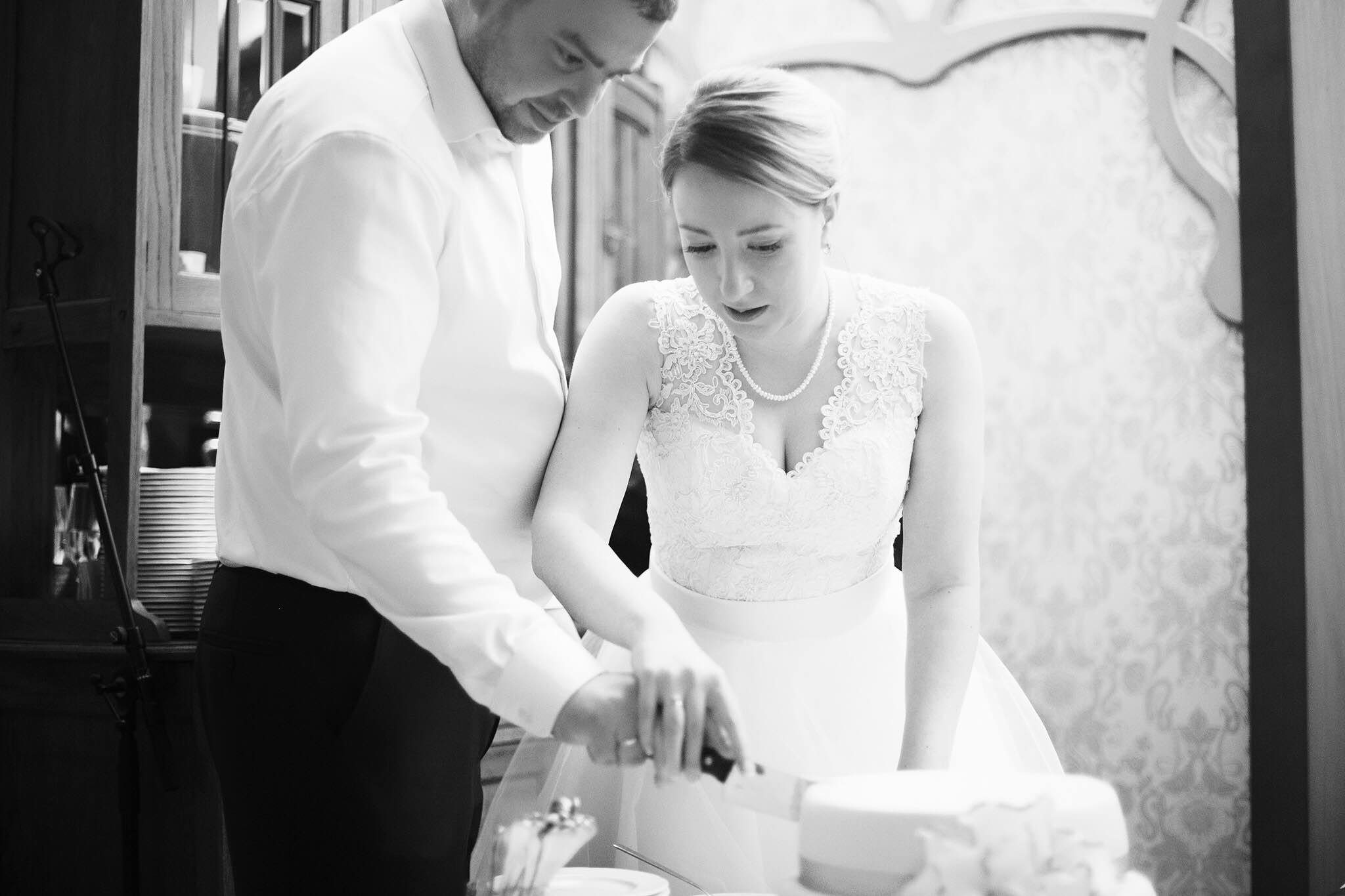 Betina ja Grigorij lõikavad pulmatorti Scheeli Restoranis. Foto autor: Polly Homjakina